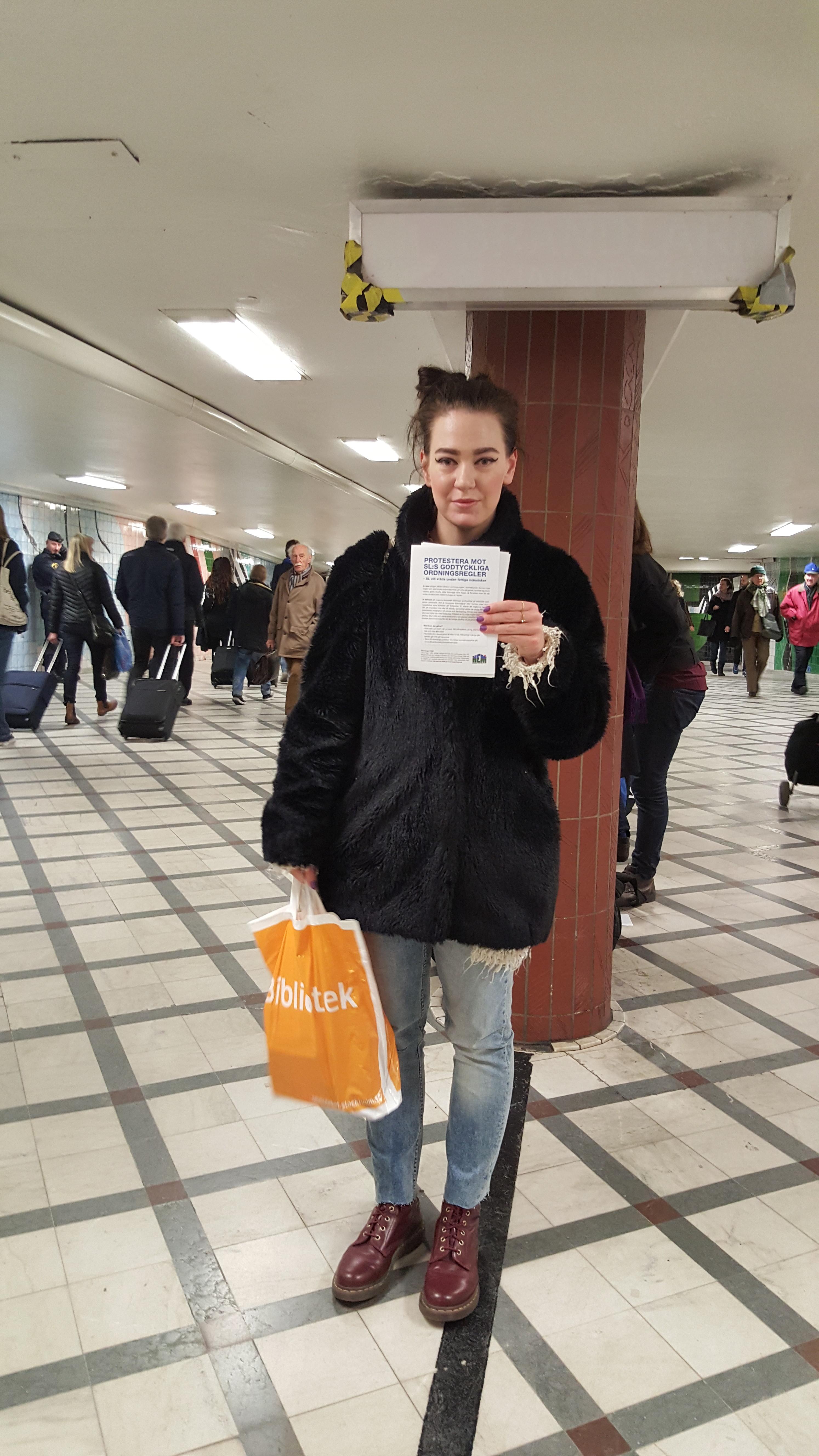 Aktivist delar ut flygblad