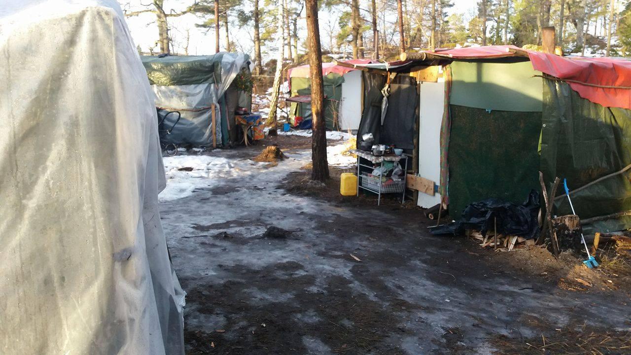 Ett tältläger av presenningar med is på marken